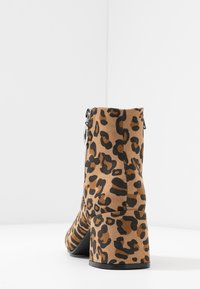 ONLY SHOES - ONLBIMBA HEELED ZIP BOOTIE - Classic ankle boots - beige - 5