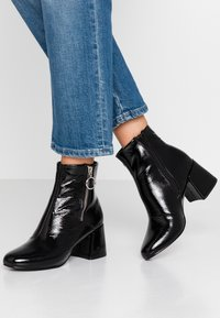 ONLY SHOES - ONLBIMBA HEELED ZIP BOOTIE - Classic ankle boots - black - 0