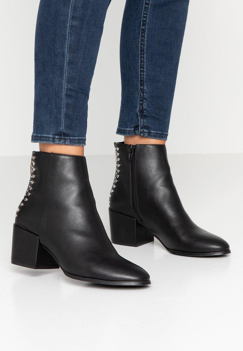 ONLY SHOES - ONLBELEN STUD BOOTIE - Kotníkové boty - black