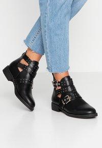 ONLY SHOES - ONLBIBI STUD  - Boots à talons - black - 0