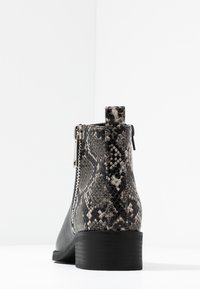 ONLY SHOES - ONLBRIGHT - Botines bajos - black/white - 5