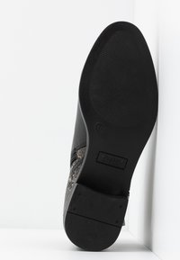 ONLY SHOES - ONLBRIGHT - Botines bajos - black/white - 6
