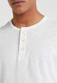 Outerknown - TRAILS HENLEY - T-shirt à manches longues - whitewater - 4