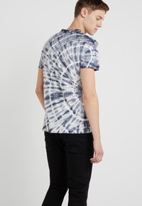 Outerknown - TRIPPY TEE - T-shirt imprimé - navy - 2