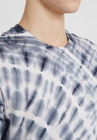 Outerknown - TRIPPY TEE - T-shirt imprimé - navy - 4