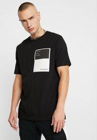Outcome - Basic T-shirt - black - 0