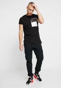 Outcome - Basic T-shirt - black - 1