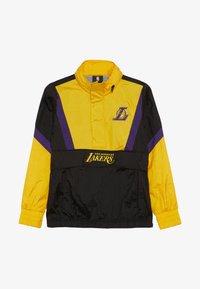 Outerstuff - NBA LOS ANGELES LAKERS WARM UP CRINKLED PACK  - Pelipaita - black/yellow - 3