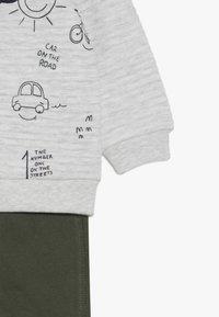 OVS - BABY JOGGING SET - Sweatshirt - beige melange - 4