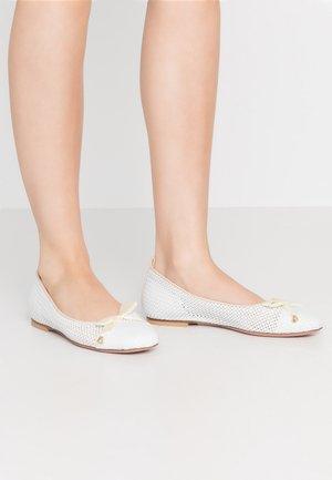 LORENA - Klassischer  Ballerina - bianco/beige
