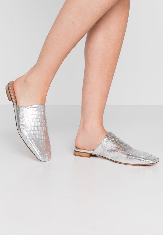 LEA - Mules - cocco metallic silver