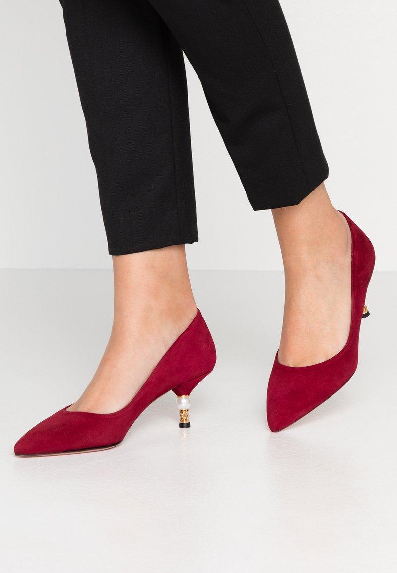 Oxitaly - LARISSA - Classic heels - rubino