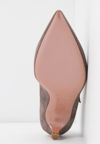 Oxitaly - SAMMY - Classic heels - taupe - 6