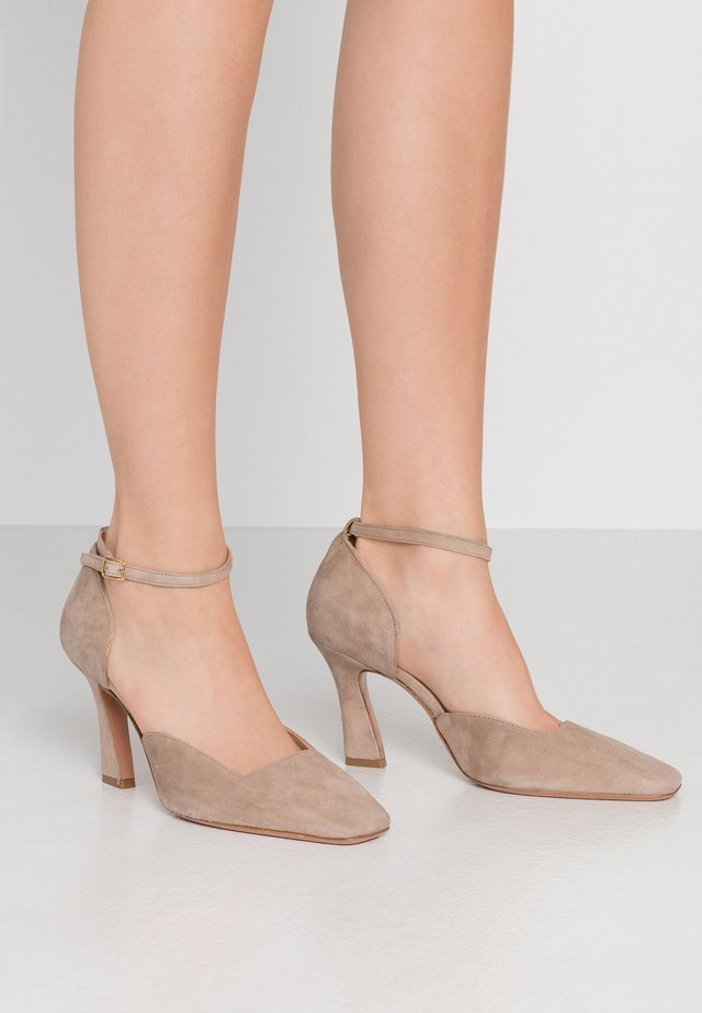 LEANDRA - Klassiska pumps - almond
