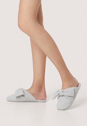 MIT SCHLEIFE - Slippers - grey