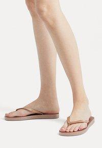 OYSHO - BADESANDALEN MIT METALLIC-RIEMEN 11301580 - T-bar sandals - gold - 0