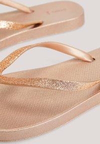 OYSHO - BADESANDALEN MIT METALLIC-RIEMEN 11301580 - T-bar sandals - gold - 5