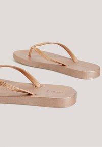 OYSHO - BADESANDALEN MIT METALLIC-RIEMEN 11301580 - T-bar sandals - gold - 4