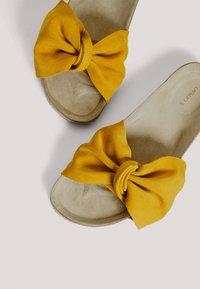 OYSHO - SANDALEN MIT RAULEDER UND KNOTEN 11246580 - Matalakantaiset pistokkaat - mustard yellow - 4