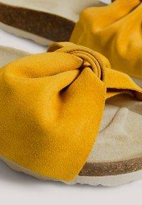OYSHO - SANDALEN MIT RAULEDER UND KNOTEN 11246580 - Matalakantaiset pistokkaat - mustard yellow - 5