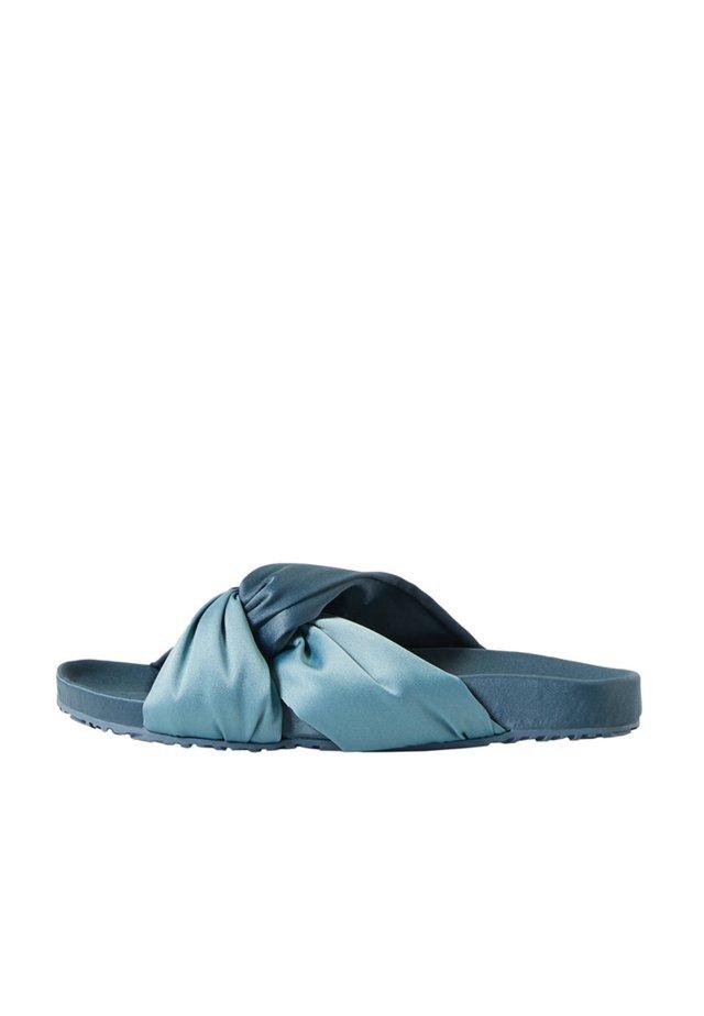SANDALEN MIT ÜBERKREUZTEN SATIN-RIEMEN 11076580 - Mules - blue