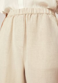 OYSHO - Spodnie materiałowe - beige - 5