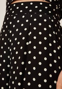 OYSHO - MIT MITTELGROSSEN PUNKTEN - Pantalon classique - black - 5