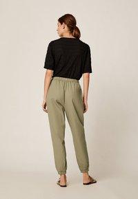OYSHO - Spodnie treningowe - khaki - 2