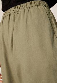 OYSHO - Spodnie treningowe - khaki - 4
