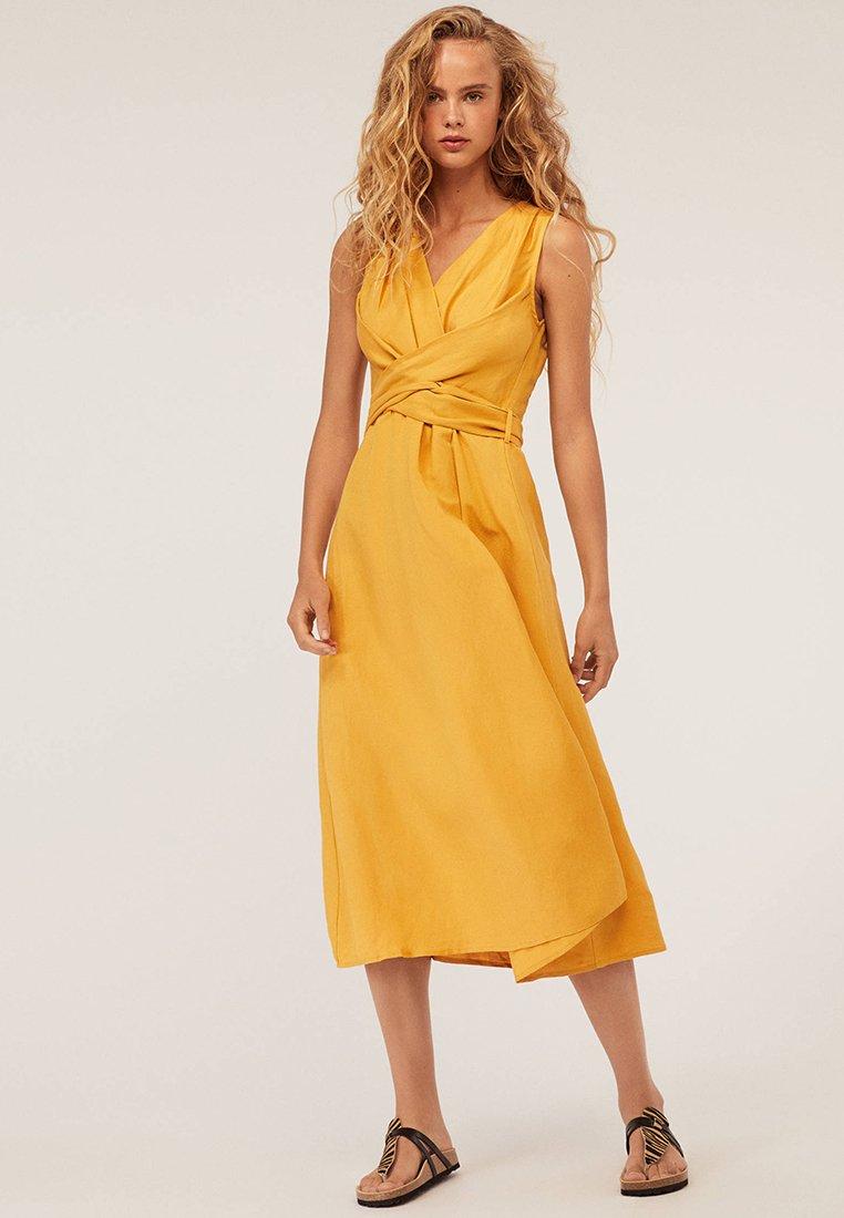 OYSHO - MIT WICKELAUSSCHNITT - Maxi dress - mustard yellow