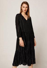 OYSHO - MIT METALLICGARN  - Robe d'été - black - 0