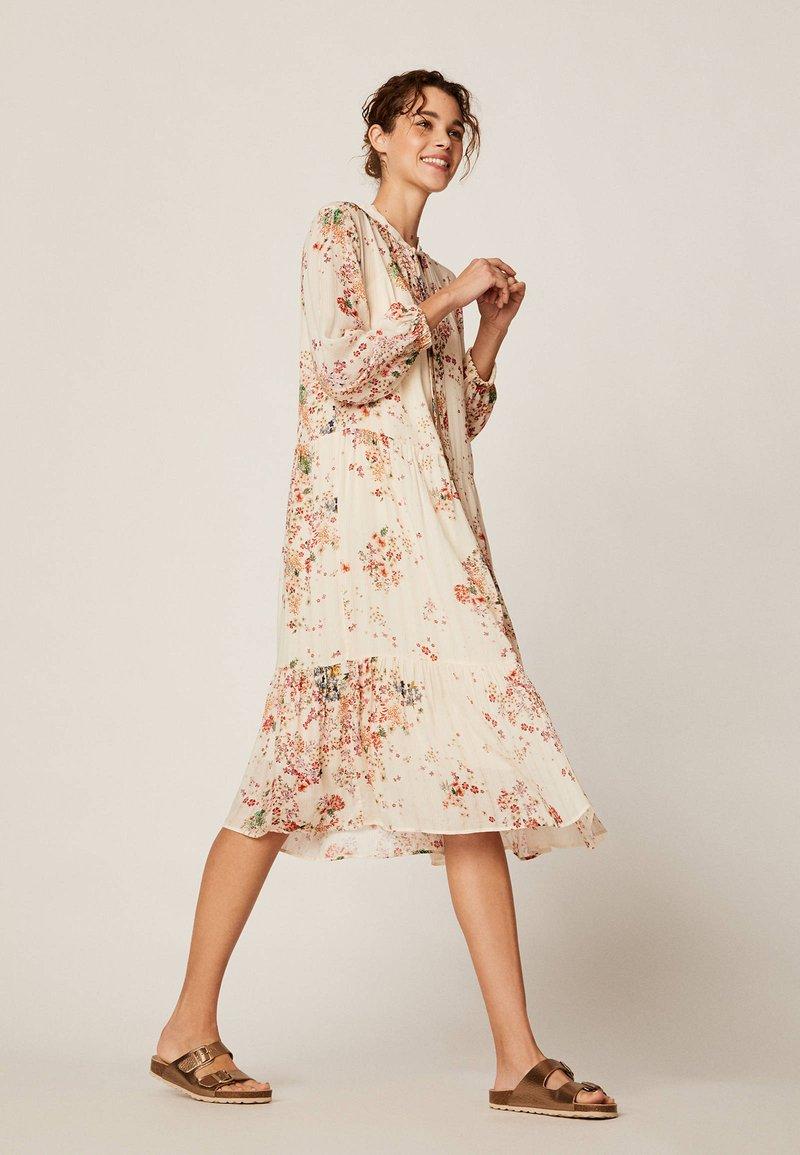 OYSHO - MIT MEHRFARBIGEM BLÜMCHENPRINT 30271192 - Day dress - beige