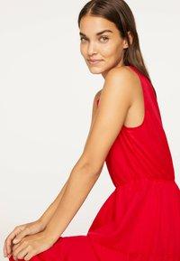 OYSHO - LANGES KLEID AUS BAUMWOLLE MIT VOLANTS 31991115 - Maxi-jurk - red - 3