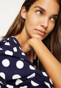 OYSHO - GETUPFTES KLEID 31962115 - Robe d'été - dark blue - 2