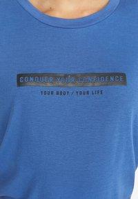 OYSHO_SPORT - T-shirt imprimé - blue - 4