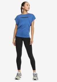 OYSHO_SPORT - T-shirt imprimé - blue - 1