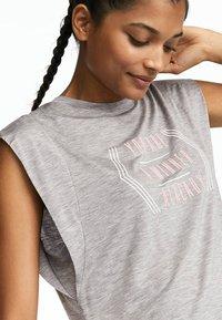 OYSHO_SPORT - MIT ROSAFARBENER AUFSCHRIFT  - T-shirt imprimé - light grey - 2