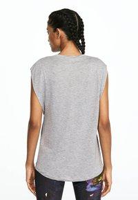 OYSHO_SPORT - MIT ROSAFARBENER AUFSCHRIFT  - T-shirt imprimé - light grey - 1