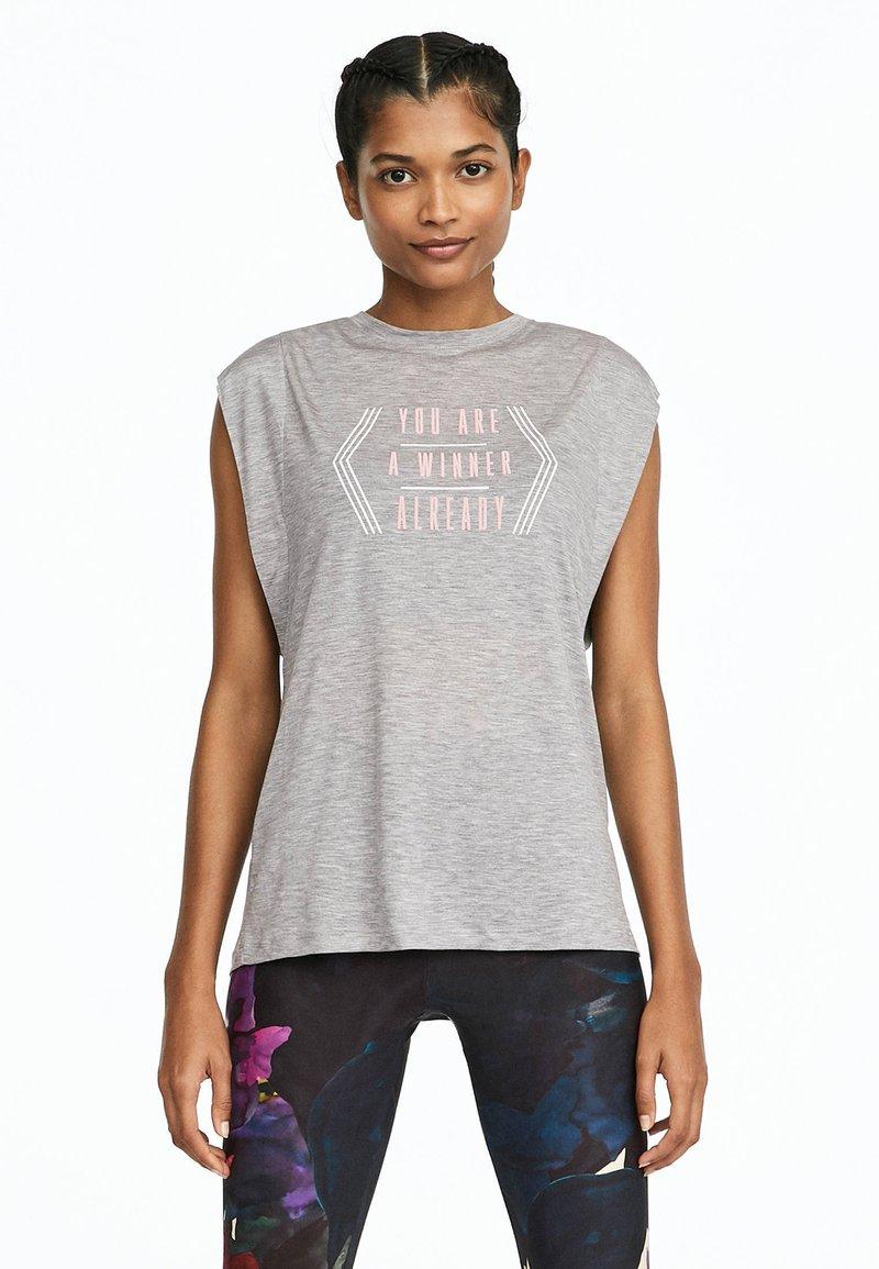 OYSHO_SPORT - MIT ROSAFARBENER AUFSCHRIFT  - T-shirt imprimé - light grey