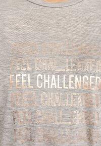 OYSHO_SPORT - MIT AUFSCHRIFT - T-shirt imprimé - grey - 6