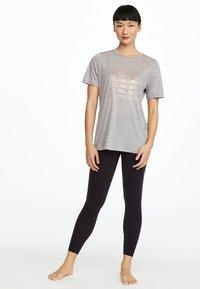 OYSHO_SPORT - MIT AUFSCHRIFT - T-shirt imprimé - grey - 1