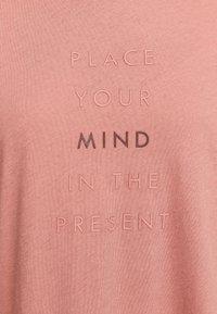 OYSHO_SPORT - MIT AUFSCHRIFT  - Print T-shirt - rose - 4
