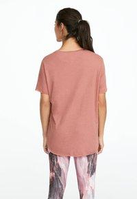 OYSHO_SPORT - MIT AUFSCHRIFT  - Print T-shirt - rose - 1