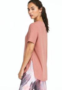 OYSHO_SPORT - MIT AUFSCHRIFT  - Print T-shirt - rose - 2
