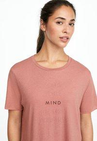 OYSHO_SPORT - MIT AUFSCHRIFT  - Print T-shirt - rose - 3