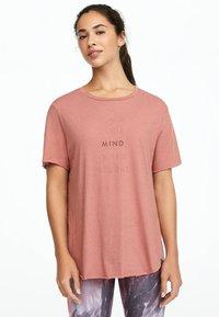 OYSHO_SPORT - MIT AUFSCHRIFT  - Print T-shirt - rose - 0