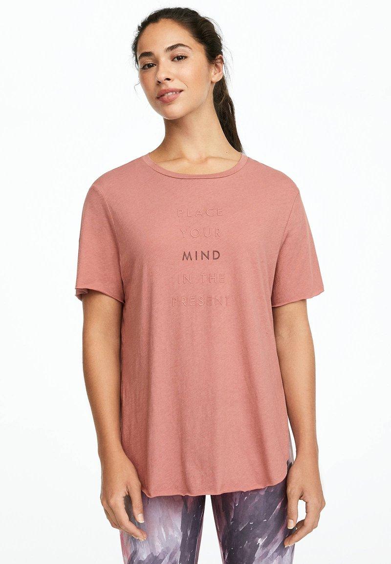 OYSHO_SPORT - MIT AUFSCHRIFT  - Print T-shirt - rose
