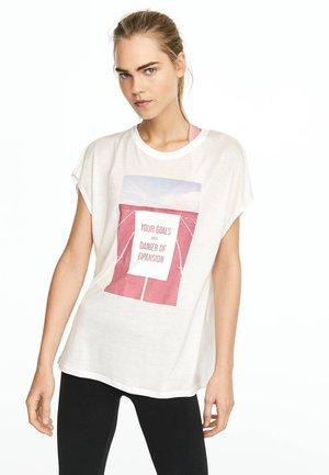 MIT AUFSCHRIFT - T-shirt imprimé - white