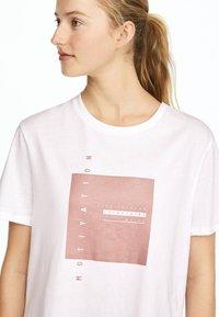 OYSHO_SPORT - T-shirt imprimé - white - 3