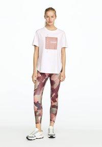 OYSHO_SPORT - T-shirt imprimé - white - 1